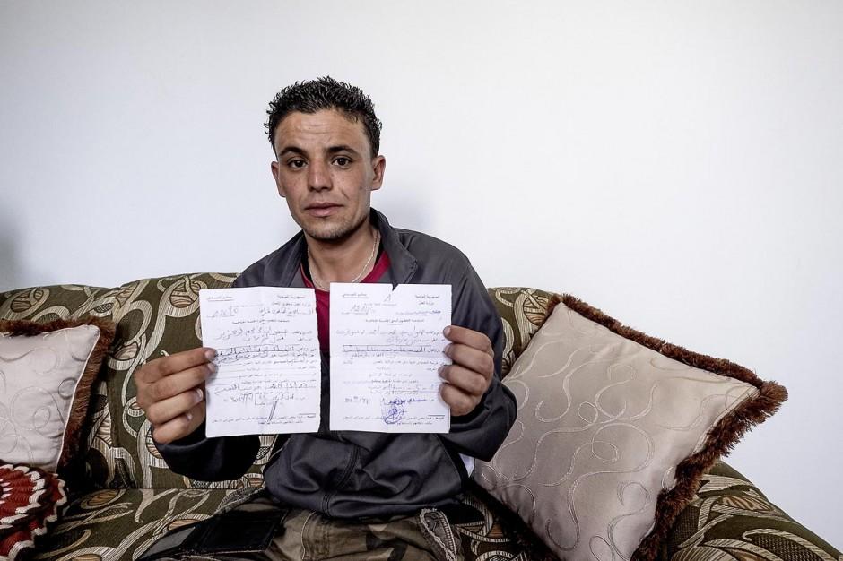 13 juin 2014 : Safouane nous présente deux des 4 convocations de justice. chez Safouane Bouaziz, 30 ans, à Menzel Bouzaiane, centre sud de la Tunisie et coeur de la révolution de 2011. Safouane est l
