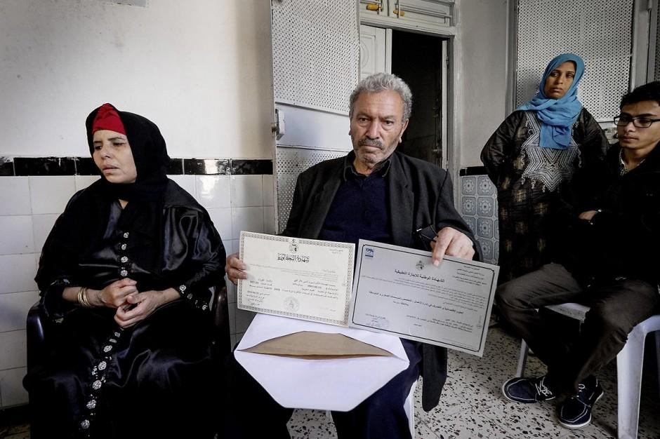 22 octobre 2014 : le père et la mère de Bilal Kaadi nous présentant les deux diplomes, bac et univeristaire, de leur fils mort à Benghazi. Rencontre avec 3 des 5 familles de jeunes partis en Libye faire le Jihad dans la ville de Oueslatia au centre de la Tunisie après la mort à Benghazi samedi 18 ocotbre de Bilal Kaadi, jeune tunisien de 23 ans.