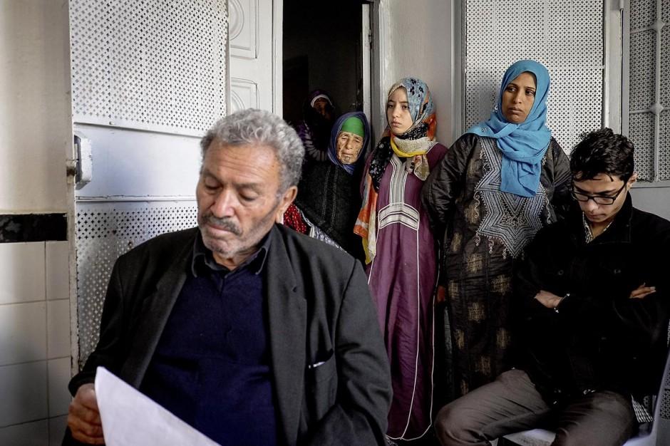 22 octobre 2014 : le père et la famille de Bilal pleurent la mort de son fils embrigadé au jihad en Libye par le cheikh de la ville.Rencontre avec 3 des 5 familles de jeunes partis en Libye faire le Jihad dans la ville de Oueslatia au centre de la Tunisie après la mort à Benghazi samedi 18 ocotbre de Bilal Kaadi, jeune tunisien de 23 ans.