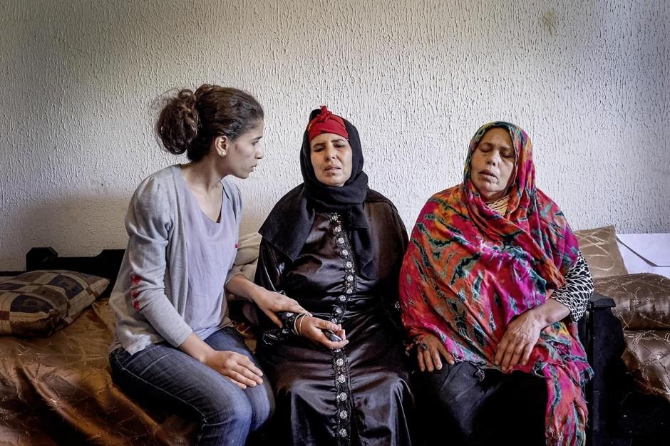 22 octobre 2014 : Najeh (g), soeur de Walid Abdaoui, parti en libye, et Rebah Abdaoui (d), mère de Walid, parti en Libye, réconfortent la mère de Bilal Kaadi, le jeune mort à Benghazi samedi 18 octobre dans une voiture kamikaze alors qu