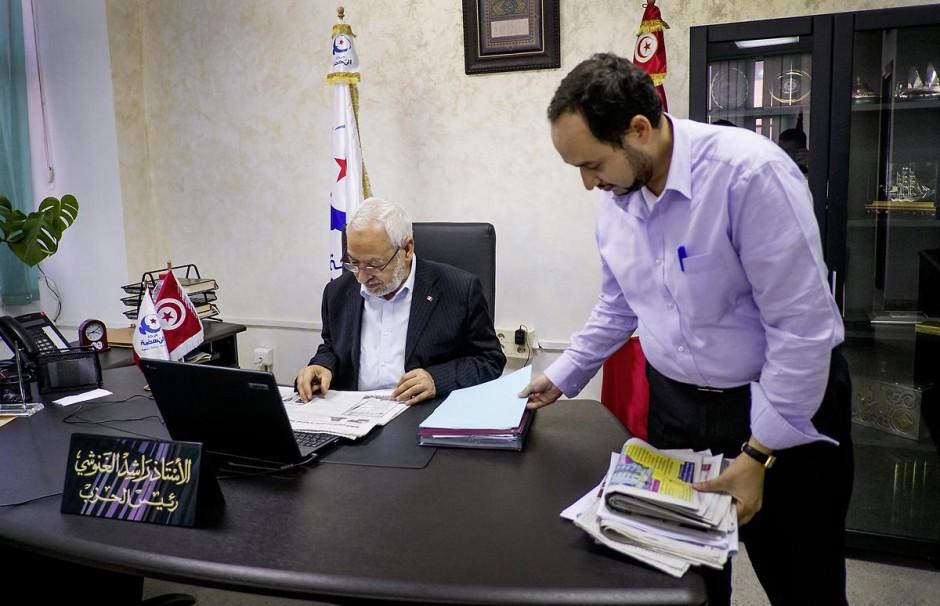 17 octobre 2012: M. Rached Ghannouchi Président du parti Ennahdha, parti au pouvoir en Tunisie dans son bureau. Ici à son bureau avec un de ses collaborateurs.