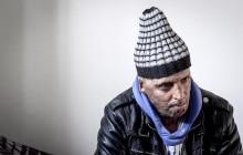 29 janvier 2016: Hosni Kaliya s'est immolé le 6 janvier 2011 après avroi été battu à deux reprises par des policiers de Kasserine. Cinq ans après, Hosni, brulé sur tout le corps doit vivre au quotidien avec des douleurs permanentes et le regard difficil de la société. Il vit actuellement dans un foyer social de l'Etat en attente d'être envoyé en Italie pour subir plusieurs interventions et poses de prothèses. Il y adeux mois son jeune frère s'est immolé à Kasserine et est décédé. l'immolation est devenu un phénoméne fréquent en Tunisie, en partie en mimétisme avec Mohamed Bouazizi, mais surtout comme un geste de desespoir d'une société et d'une jeunesse abandonnée (113 immolations en 2015).